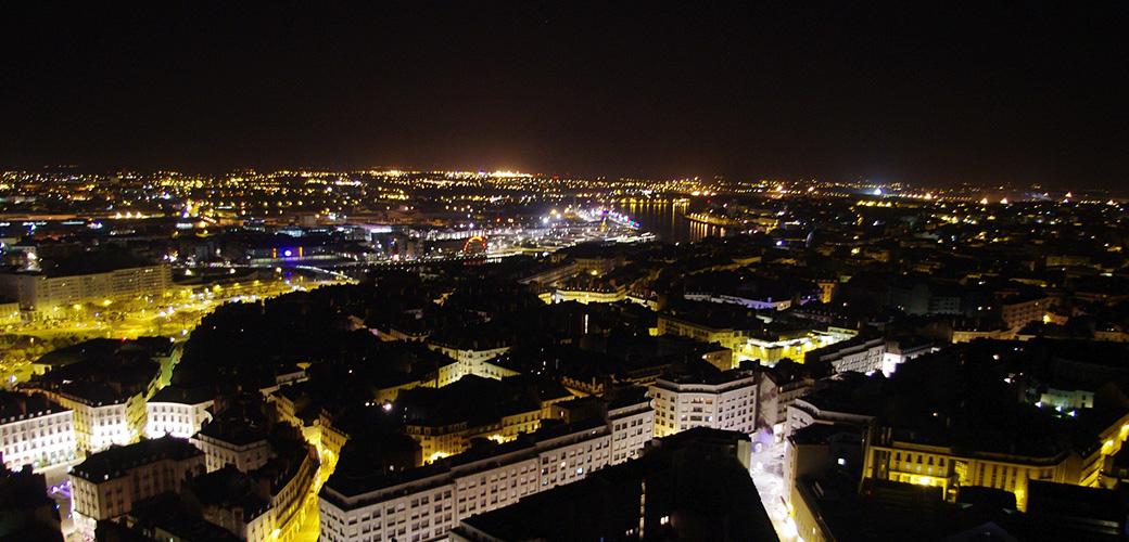 Les toits de Nantes la nuit